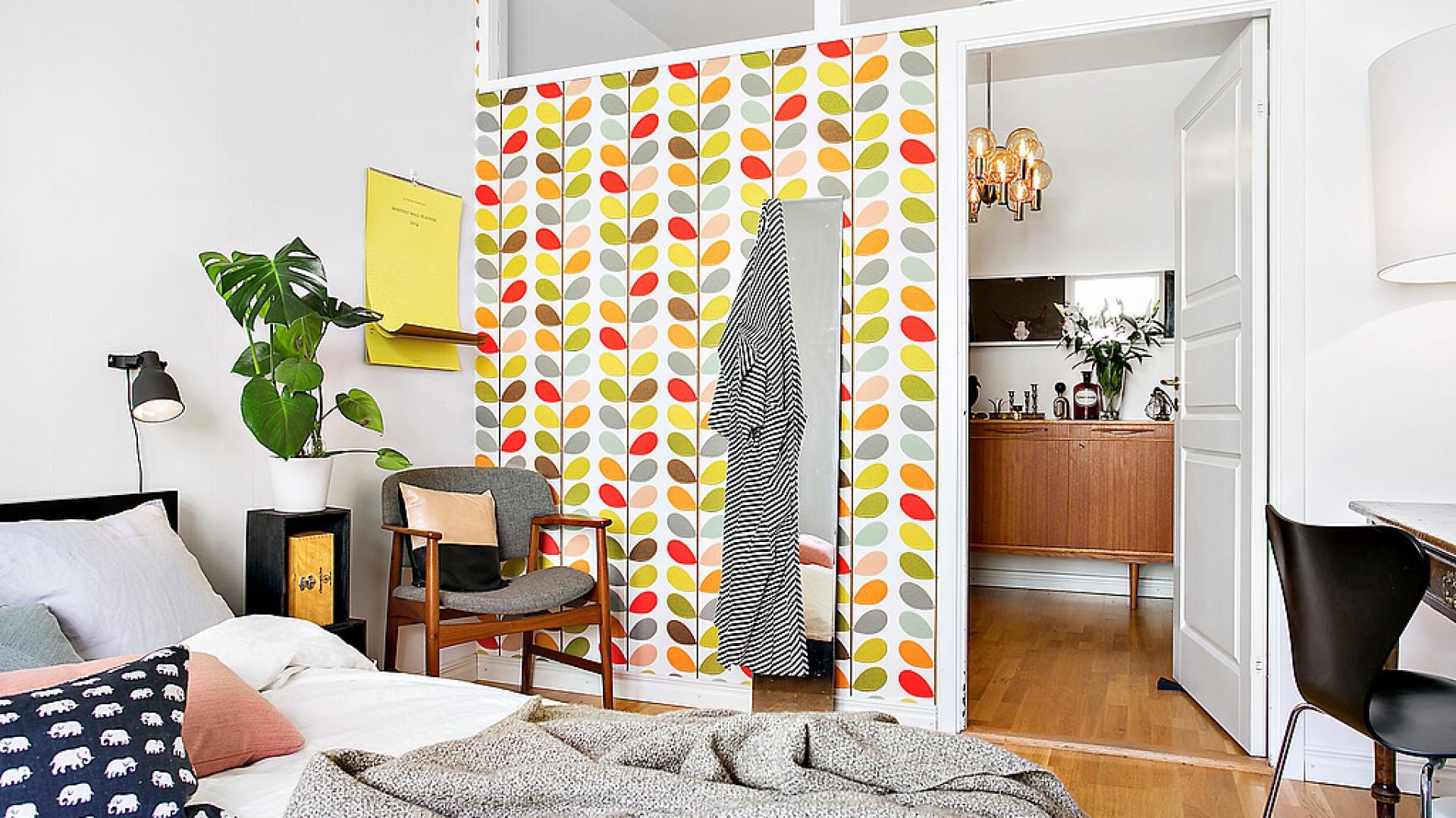 Pomysłem na kolorowy akcent w sypialni jest umieszczenie kolorowej tapety na jednej ze ścian. Alvhem Mäkler.