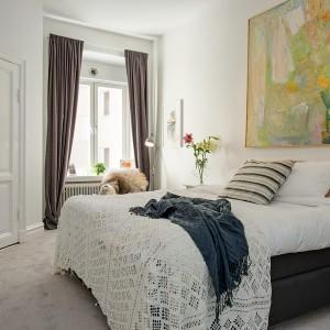 Do spokojnych, stonowanych sypialni warto wprowadzić kolor za pomocą obrazów i grafik. Bardzo dobrze prezentują się obrazy na dużych formatach. Fot. Alvhem Mäkler.