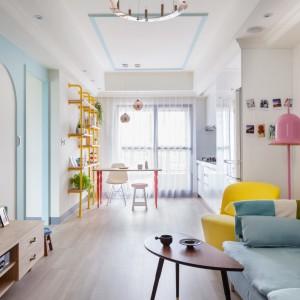Salon i kuchnia tworzą wspólną przestrzeń. Elementem umownym, zaznaczającym granice pomieszczeń są stolik kuchenny i półki naścienne, kolorystycznie pasujące do żółtego fotela. Projekt: HAO Design Studio. Fot. Hey! Cheese.