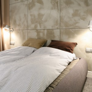 W tej sypialni projektantka postawiła na prostotę i minimalizm. Jedyny efekt dekoracyjny stanowi ściana wykończona materiałem doskonale imitującym beton. Projekt: Lucyna Kołodziejska. Fot. Bartosz Jarosz.