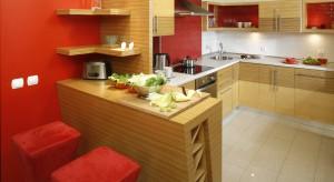 Kuchnia z czerwoną ścianą to rozwiązanie dość śmiałe, które może zdominować wnętrze. Ale może również stać się doskonałym motywem przewodnim całego mieszkania. Zobaczcie sami.