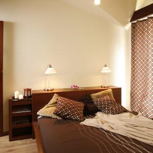Sypialnia to miejsce odpoczynku. Tu projektanci postawili na spokojne, stonowane barwy. Projekt: InsideLab. Fot. Bartosz Jarosz.