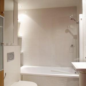 Biała łazienka nie musi być nudna. Czerwony kwadrat na suficie to sposób na przełamanie monotonnej bieli. Projekt: InsideLab. Fot. Bartosz Jarosz.