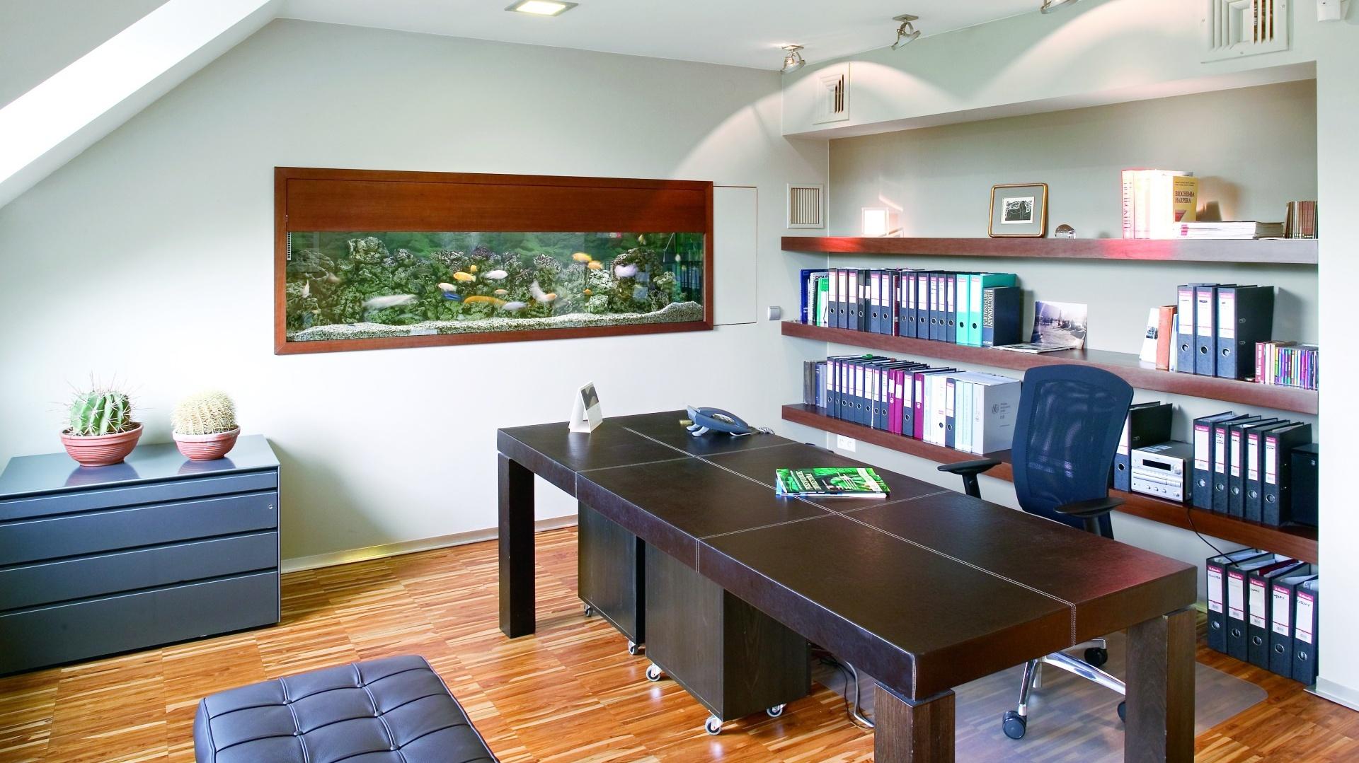 Akwarium i stół kolonialny wykonany z bambusa toniekonwencjonalne elementy, które wpisano we wnętrze. Fot. Bartosz Jarosz