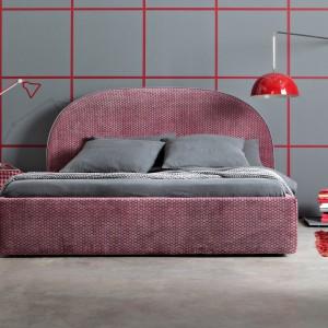 Za pomocą kolorowych lamp możemy wprowadzić do sypialni ciekawy i praktyczny akcent.Fot. Letti & Co.