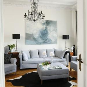 Lampy, obrazy, wazony czy figurki w tym salonie piszą od nowa jego historię. Projekt: Iwona Kurkowska. Fot. Bartosz Jarosz.