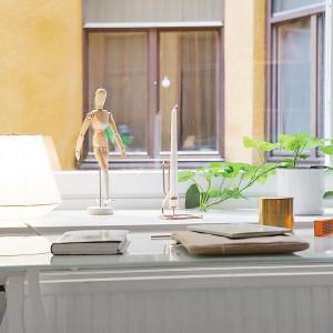 Głębokie wnęki okienne można śmiało wykorzystać jako przedłużenie pulpitu biurka. Fot. Alvhem Makleri
