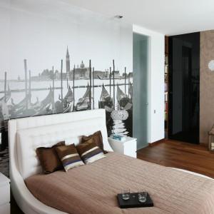 Fototapeta z widokiem na Wenecję to ciekawy sposób na aranżację ściany za łóżkiem. Czarno-biała fotografia jest ciekawym tłem białego tapicerowane łóżka. Projekt: Anna Maria Sokołowska. Fot. Bartosz Jarosz.