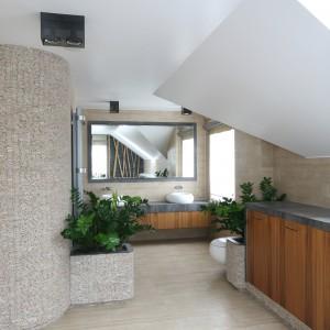 W lustrze widać także łodygi bambusa, które tworzy naturalną aranżację strefy kąpielowej z wanną. Dzięki takiemu połączeniu naturalnych materiałów w tym wytwornym wnętrzu panuje orzeźwiająca aura. Projekt: Karolina Łuczyńska. Fot. Bartosz Jarosz.