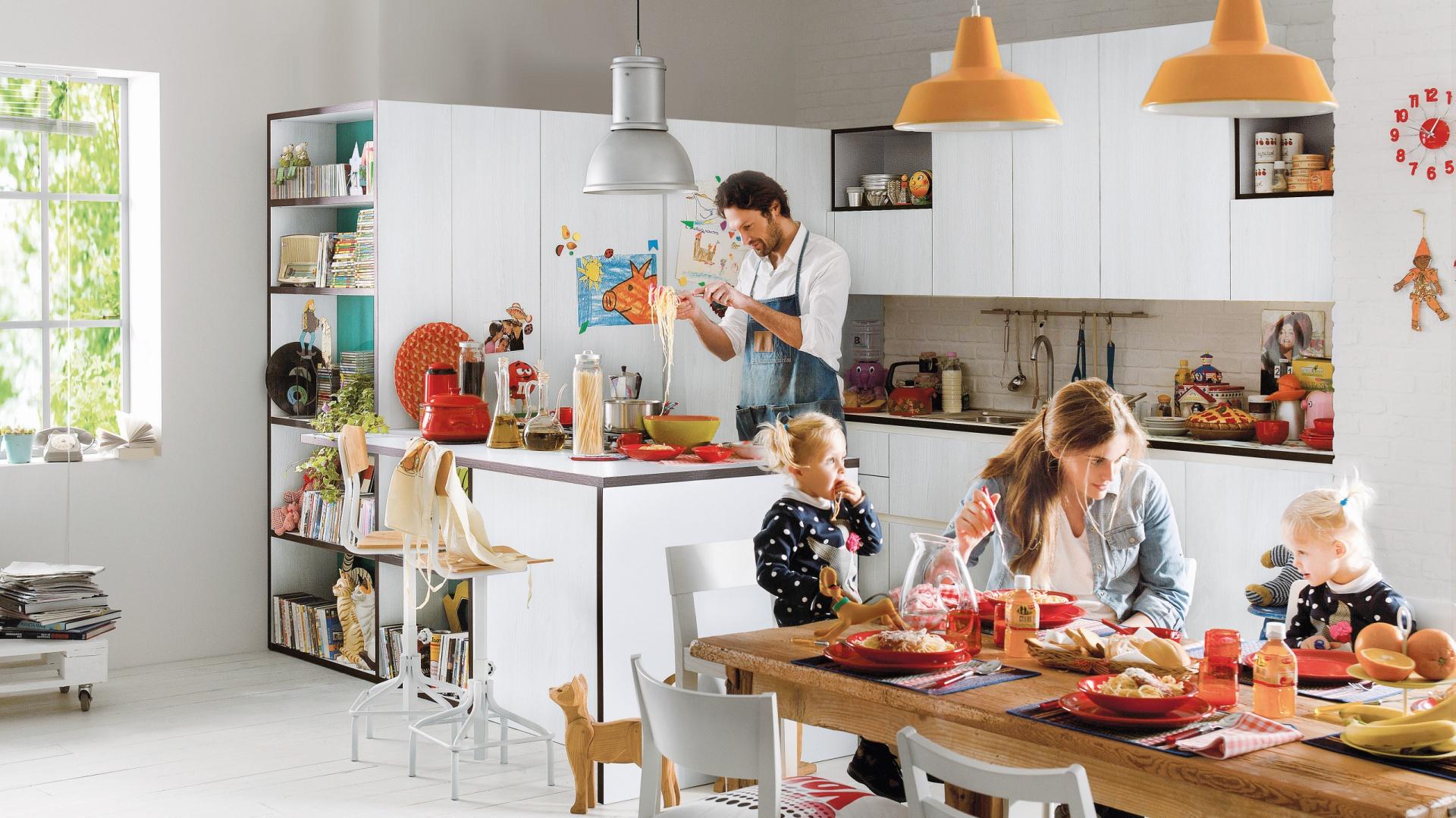Kolekcja mebli Start Time firmy Veneta Cucine. Prosta i praktyczna, z elementami integrującymi strefę roboczą z salonową. To kuchnia stworzona do wspólnego spędzania czasu w gronie rodziny lub znajomych. Ciekawe detale: kontrastowe obrzeża i wnętrza szafek (kolory do wyboru).