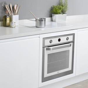 Piekarnik HL 840 WHITE będzie doskonałym uzupełnieniem białej płyty indukcyjnej IRS 641 WHITE oraz okapu DVT 90/60. Sprawdzi się zarówno w jasnej, jak i w ciemnej kuchni. Fot. Teka.