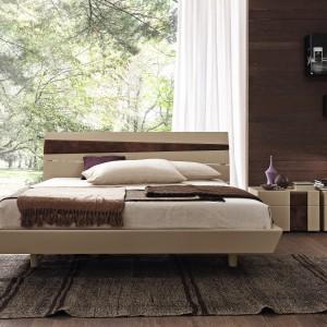 Łóżko tapicerowane ozdobione delikatnymi wstawkami wykonanymi z forniru. Fot. Presotto.