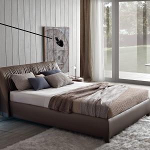Tapicerowane łóżko świetnie pasuje do nowoczesnej aranżacji. Fot. Misurra Emme.