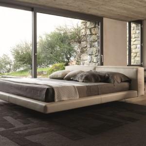 Tapicerowanie łóżko w jasnobeżowym kolorze dobrze sprawdzi się w sypialni utrzymanej w beżach i brązach. Fot. Desiree.