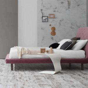 Tapicerowanie łóżko Ego z pikowanym wezgłowiem dostępne w wielu wersjach kolorystycznych. Proj. Mauro Lipparini. Fot. Bonaldo.