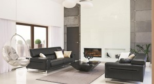 Stonowane szarości, kontrastujące biele i czernie, styl minimalistyczny z designerskimi akcentami i szczyptą domowej przytulności. Tak w skrócie można opisać wnętrze tego domu.
