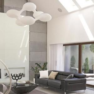 Salon otwarto na dwie kondygnacje. Jasną przestrzeń dodatkowo rozświetla dzienne światło wpadające do wewnątrz przez okna w połaciach dachu. Fot. Łukasz Kozyra.