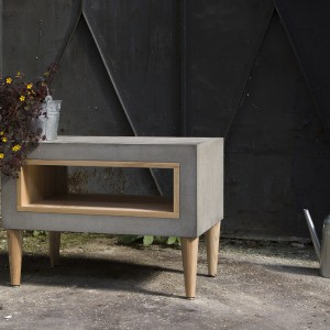 Elegancki duet drewna i betonu w formie stolika Timeless. Fot. Morgan & Möller.