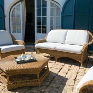 Rattanowe fotele i sofy w połączeniu z wygodnymi poduchami tworzą wygodny zestaw wypoczynkowy. Uwagę przyciągają lekko zaokrąglone linie. Na zdjęciu  kolekcja Veletta. Fot. Point.