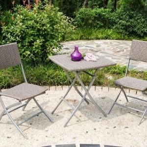 """Zestaw mebli ogrodowych """"Petra"""" sprawdzi się doskonale na małym tarasie, balkonach czy werandach. W skład zestawu wchodzą dwa krzesła oraz stolik o wymiarach 60 cm x 60 cm. Fot. Miloo."""