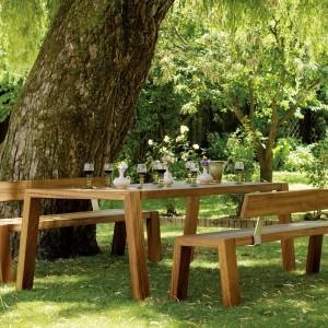 Meble wykonane z drewna doskonale wyglądają na tle naturalnego otoczenia. W zależności do stylu w jakim jest utrzymany ogród możemy wybrać meble o tradycyjnych lub nowoczesnych kształtach. Fot. Viteo.