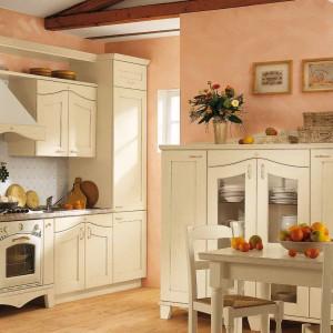 Meble kuchenne w klasycznym stylu dobrze wyglądają w niewielkich, jak i dużych kuchniach. Fot. Arrital.