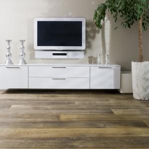 Deska Bleached Natural z kolekcji Middle Age Floors z oferty firmy Chapel Parket. Olejowana podłoga warstwowa o grubości 20 mm swoim  charakterystyczny wyglądem przywodzi na myśl surowe drewno poddane działaniom naturalnych czynników atmosferycznych. Fot. Chapel Parket.