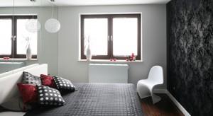 Konsekwentne wprowadzenie biel i czerni w odpowiednich proporcjach to udany przepis na każde wnętrze. W tej sypialni klasyczne zestawienie barw ocieplono delikatną szarością, a niewielką przestrzeń powiększono za pomocą lustrzanych tafli.