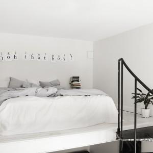 Sznurek rozwieszony nad łóżkiem, klipsy do papieru oraz wydruki na kartkach A4 to szybki pomysł na własnoręcznie wykonaną ozdobę do sypialni. Fot. Alvhem Mäkler.