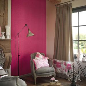 Różowa tapeta Dolce Vita wniesie trochę optymizmu do wnętrza, w którym dominuje brąz. Fot. Casadeco.