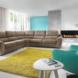 Nowoczesna sofa narożna w skórzanym wykończeniu z kolekcji Tunis marki Gala. Fot. Gala Collezione.