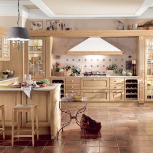 Dzięki drewnianym meblom nawet największa kuchnia staje się przytulna i zyskuje cieplejszy wygląd. Fot. Scavolini.
