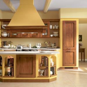 Żółte meble z kolekcji Amelie marki Scavolini z drzwiami wykonanymi z drewna. Fot. Scavolini.