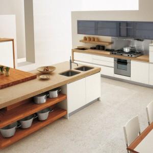 Drewno na wyspie kuchennej sprawia, że nowoczesne wnętrze zyskuje niepowtarzalny wygląd. Fot. GeD Cucine.