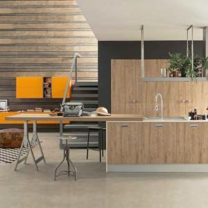 Pomysł na aranżację nowoczesnej kuchni z wykorzystaniem mebli z drewna. Fot. Febal Casa.