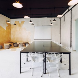 Stół w części biurowej apartamentu został skomponowany z kilku mniejszych segmentów - stolików, które w każdej chwili można zaadaptować na indywidualne miejsca pracy. Fot. Paulina Sasinowska, Maciej Kurkowski, Maciej Sutuła.