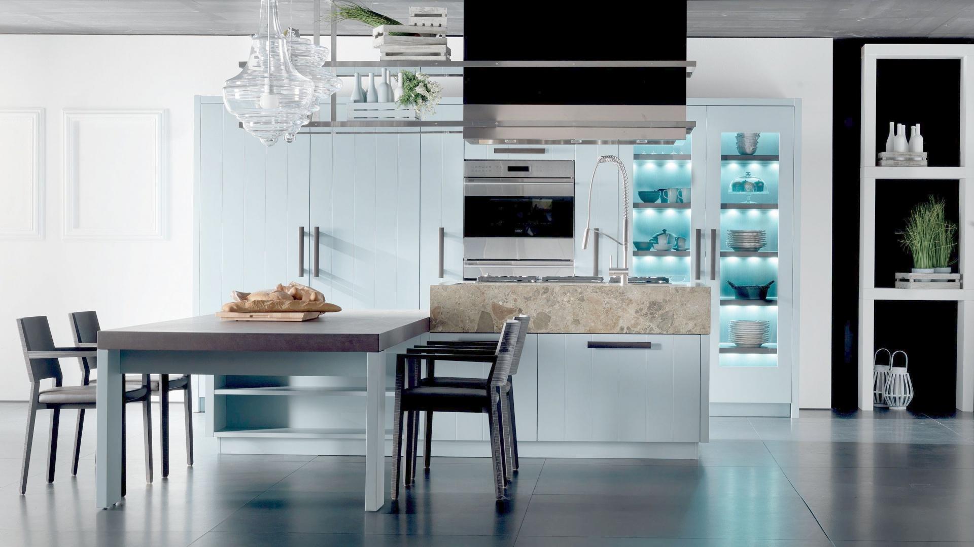Usytuowanie stołu w centrum wnętrza jest swoistym nawiązaniem do tradycyjnej włoskiej kuchni, gdzie biesiaduje rodzina. Fot. Fabio Luciani.