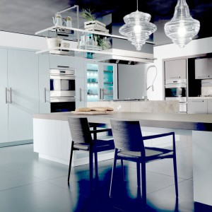 Oświetlenie w postaci szklanych, ozdobnych lampionów podkreśla luksusowy charakter kuchni nantia. Fot. Fabio Luciani.
