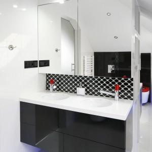 Ściana działowa z umywalkami i szafkami dzieli łazienkę na strefy. Po jej drugiej stronie umieszczone zostały sanitariaty. Fot. Bartosz Jarosz.