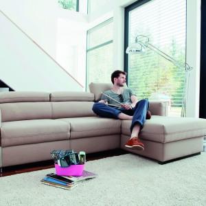 Nowoczesna, wygodna kanapa narożna Palermo dostępna w ofercie firmy Bizzarto. Posiada funkcję spania. Zagłówki, dzięki stopniowemu systemowi unoszenia, można umieścić w pozycji najwygodniejszej dla odpoczywającego. Fot. Bizzarto.