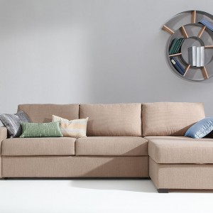 Sofa Lucas dostępna w ofercie marki Sits. Z funkcją spania. Posiada jedyny w swoim rodzaju mechanizm zmiany sofy w łóżko – wygodny i prosty  – płaszczyzna spania wraz z materacem cały czas znajduje się wewnątrz mebla, trzy proste ruchy i gotowe. Fot. Sits.