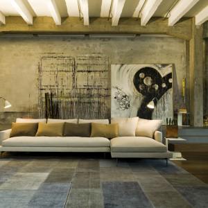 Narożnik modułowy Larsen firmy Verzelloni, którego lekka konstrukcja wyeksponowana została dzięki jasnej tapicerce w beżowym kolorze. Brązowe i miodowe kolory dekoracyjnych poduch podkreślają jesienny klimat całej aranżacji. Fot. Verzelloni.
