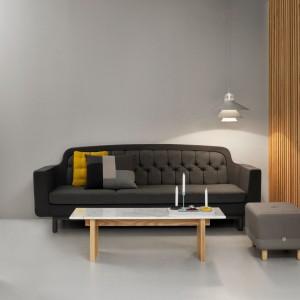 Trzyosobowa sofa z pikowanym zagłówkiem z najnowszej kolekcji marki Normann Copenhagen pasuje zarówno do nowoczesnych, jak i stylizowanych wnętrz. Fot. Normann Copenhagen.