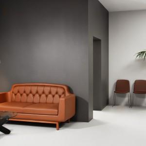 Dwuosobowa skórzana sofa od Normann Copenhagen w modnym miodowym kolorze. Idealna nie tylko na jesień. Fot. Normann Copenhagen.