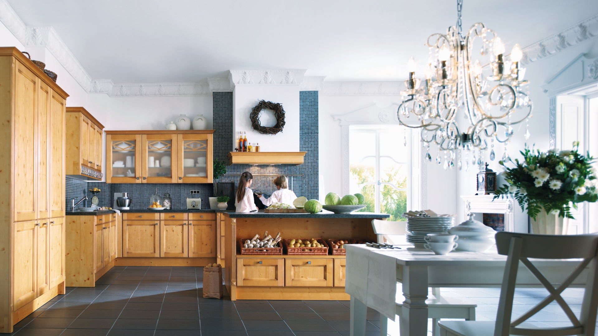 Drewniane meble o pięknym, jasnym wybarwieniu Tueren z ofery firmy Schüller. Nadadzą kuchni elegancki, stylowy charakter.