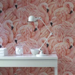 Stado różowych flamingów na tapecie spektakularnie odmieni wnętrze i podkreśli kobiecy charakter aranżacji. Fot. Wallpaperdirect.