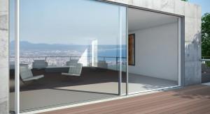 Panoramiczne okna i drzwi mogą stać się łącznikiem, sposobem na płynne przejście między naturalnym otoczeniem a wnętrzem domu. Nowoczesne bryły budynków z przeszklonymi fasadami gwarantują ciekawy wygląd elewacji oraz dopływ naturalnego świ