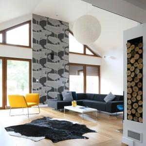 Szara tapeta z motywem drzew to mocny akcent stylistyczny spajający wystrój salonu z otaczającą dom naturą.  Projekt: Małgorzata Galewska. Fot. Bartosz Jarosz.