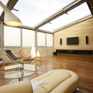 Panoramiczne przeszklenia możemy również stosować jako okna dachowe. Połączeni dwóch typów rozwiązań sprawia, że przestrzeń nabiera wyjątkowego charakteru. Fot. Saint-Gobain Glass Poland.
