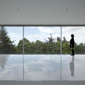 Okna panoramiczne pozwalają na zatarcie granicy między wnętrzem a otoczeniem budynku. Fot. Shinichi Ogawa & Associates/ PanoramAH.